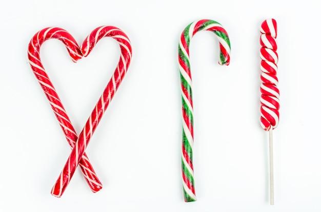 Weihnachten. silvester. hintergrund. rote bonbons in form von herzen auf weißem hintergrund