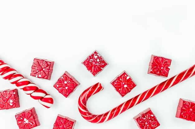 Weihnachten. silvester. hintergrund. rote süßigkeiten in form von geschenken auf weißem hintergrund
