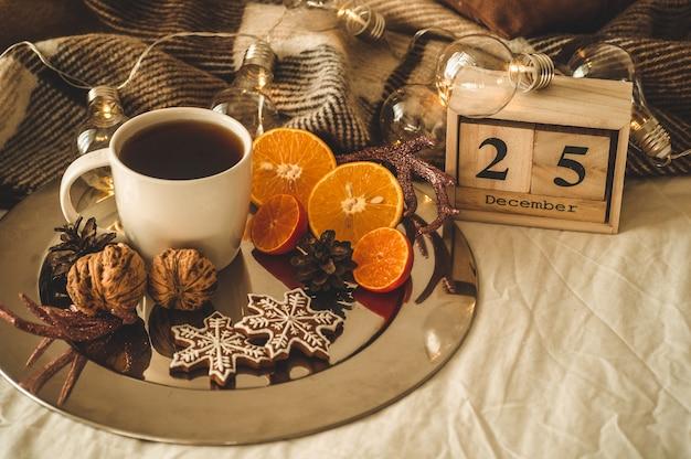 Weihnachten stillleben. alter weinleseholzkalender eingestellt am 25. dezember
