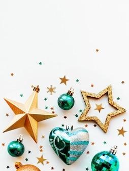 Weihnachten und 2020 mit kreisförmigen verzierungen. goldene und blaue kugeln, sterne, konfetti und herz.