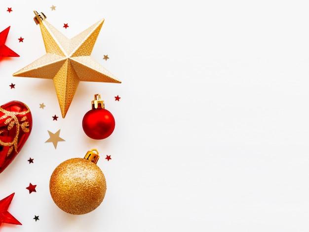 Weihnachten und 2020 mit kreisförmigen verzierungen. goldene und rote kugeln, sterne, konfetti und herz.