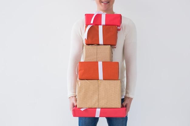 Weihnachten und feiertage konzept nahaufnahme von mann mit stapel geschenkboxen auf weißem hintergrund