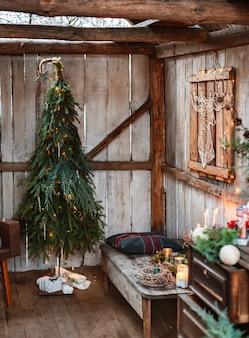 Weihnachten und kein abfall, weihnachtsbaum aus tanne und zweigen mit eigenen händen, handgemacht. innenarchitektur im rustikalen stil auf der neujahrsterrasse. h.