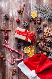Weihnachten und neujahr dekor. präsentkarton mit rotem band liegt auf einer tabelle mit keksen