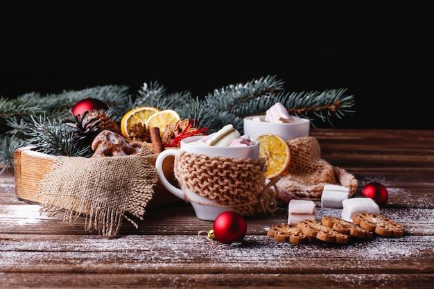 Weihnachten und neujahr dekor. zwei tassen mit heißer schokolade, zimtplätzchen