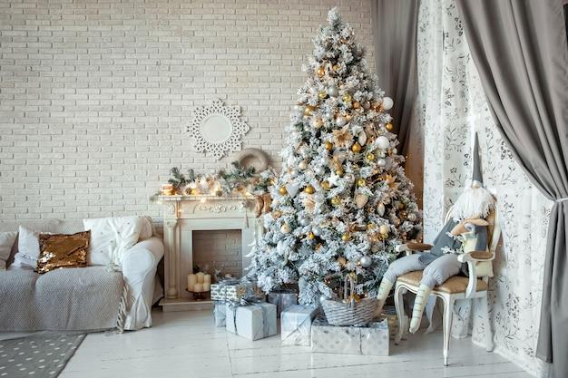 Weihnachten und neujahr dekorierter innenraum mit geschenken und neujahrsbaum