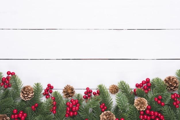 Weihnachten und neujahr draufsicht von fichtenzweigen, von kiefernkegeln und von rotem berr