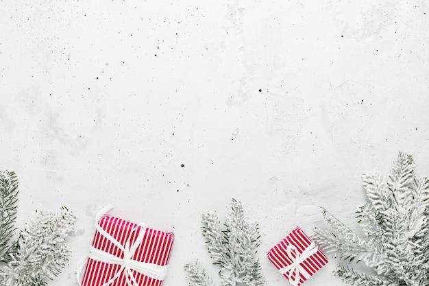 Weihnachten und neujahr flach mit verschiedenen geschenkboxen draufsicht