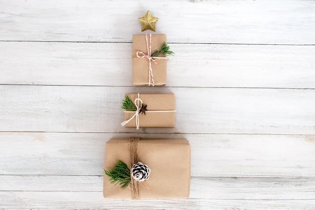 Weihnachten und neujahr geschenke, handwerk und handgefertigte geschenke box. kreatives flat-layout und top-view-komposition