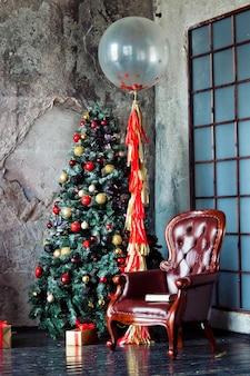 Weihnachten und neujahr grunge dekoriert innenraum mit geschenken und weihnachtsbaum