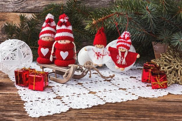 Weihnachten und neujahr komposition mit engeln und geschenken