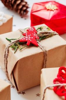 Weihnachten und neujahr mit geschenken und dekorationen.