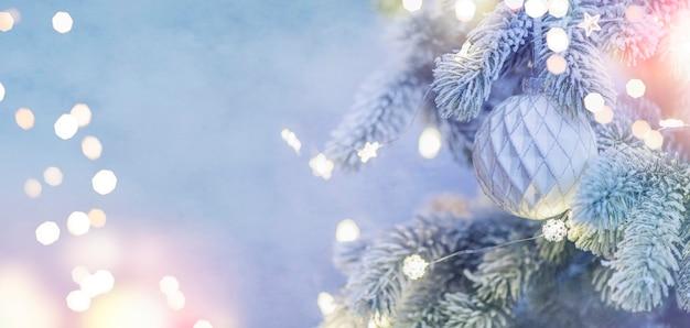 Weihnachten und neujahr urlaub hintergrund. weihnachtsbaum mit hellem und unscharfem hintergrund