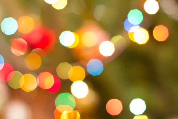 Weihnachten unscharfer hintergrund mit bunten festlichen lichtern. abstrakter kreisförmiger bokeh-hintergrund.