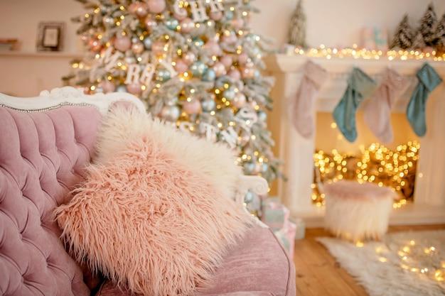 Weihnachten verziertes kissen, festliche atmosphäre.