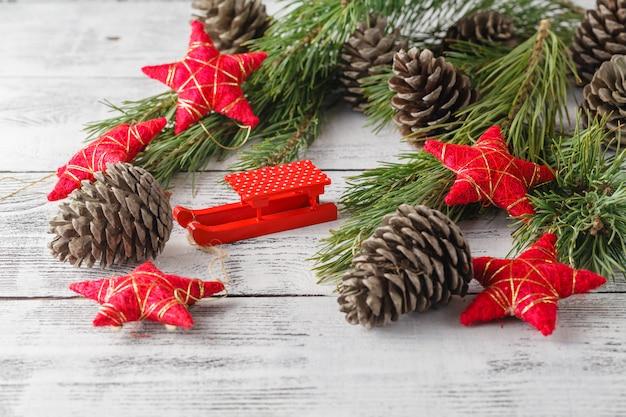 Weihnachten, weihnachtsdekorationen und viele zapfen auf holztisch
