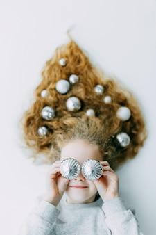 Weihnachten winter happy girl. schöne neujahrs- und weihnachtsbaum-feiertags-frisur