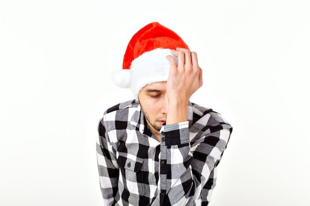 Weihnachten, winterferien und leutekonzept - lustiger emotionaler mann im weihnachtsmann-hut über weißem hintergrund.