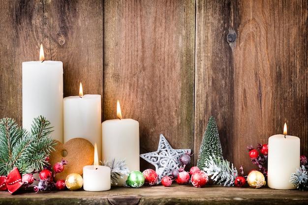 Weihnachts-adventskerzen mit festlichem dekor