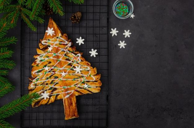 Weihnachts blätterteigkuchen oder kuchen mit schokolade und zimt