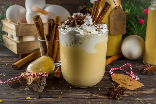 Weihnachts-bombardino-cocktail mit eierlikör