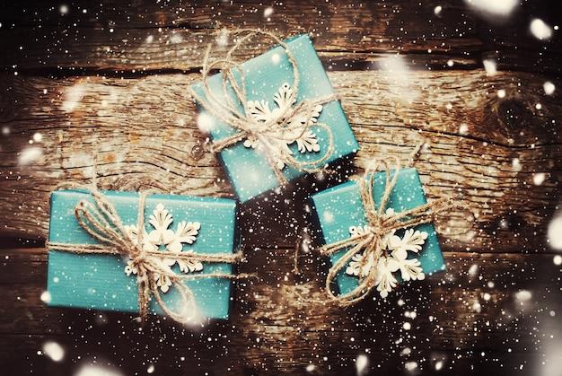Weihnachts-boxen mit schneeflocken verziert. gezeichneter schnee. dunkel getönt