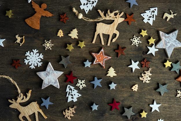 Weihnachts-cad-konzept mit feiertagsholzdekoration auf dunkler launischer oberfläche mit kopienraum
