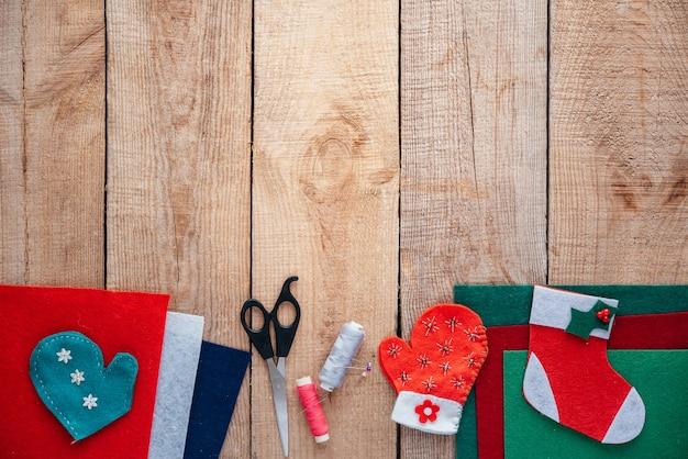 Weihnachts-diy-filz-handwerksbedarf auf holzuntergrund mit kopierraum