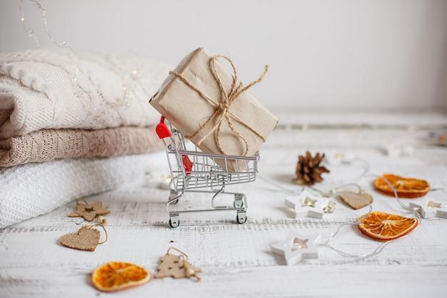 Weihnachts-einkaufswagen für supermarkt mit geschenk