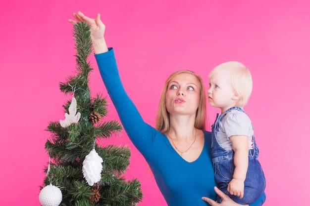 Weihnachts-, feiertags- und personenkonzept - junge glückliche frau mit ihrer tochter auf handshow