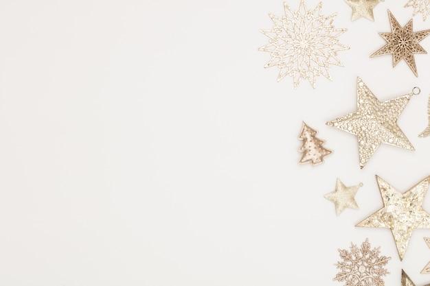 Weihnachts-flatlay-dekorhintergrund auf dem weißen holztisch.