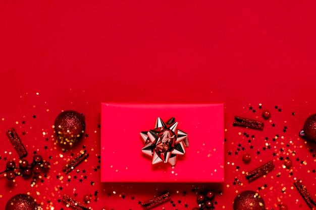 Weihnachts flatlay hintergrundgeschenke, weihnachtskugeln und sterne. roter hintergrund der oberen horizontalen ansicht copyspace. neues jahr und weihnachtskonzept
