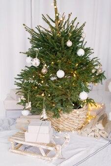 Weihnachts geschmückter baum in einem weidentopf
