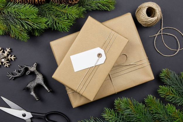Weihnachts handgemachte geschenkbox mit etikett, dekoration und tannenzweigen