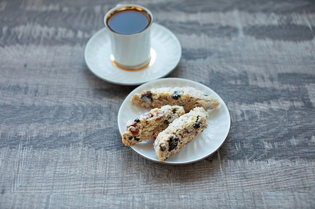 Weihnachts hausgemachte kekse biscotti mit trockenen beeren und tasse kaffee
