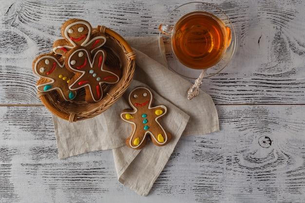 Weihnachts hausgemachte lebkuchenpaare auf holztisch