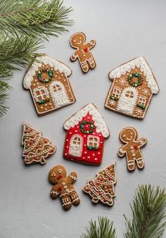 Weihnachts hausgemachte lebkuchenplätzchen auf einer grauen oberfläche