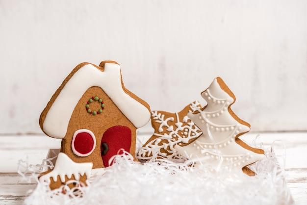 Weihnachts hausgemachte lebkuchenplätzchen auf holztisch.