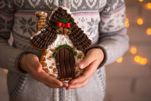Weihnachts hausgemachte lebkuchenplätzchen in den händen des kindes