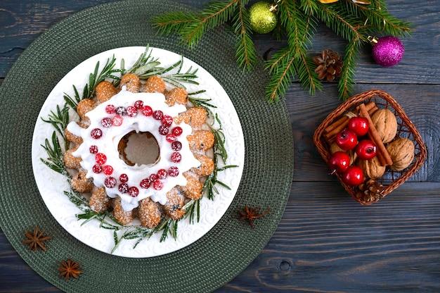 Weihnachts hausgemachter obstkuchen mit rosmarin verziert