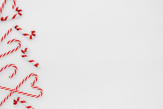 Weihnachts-komposition. weihnachtsrahmen gemacht von der zuckerstange auf weißem hintergrund. kreative fl