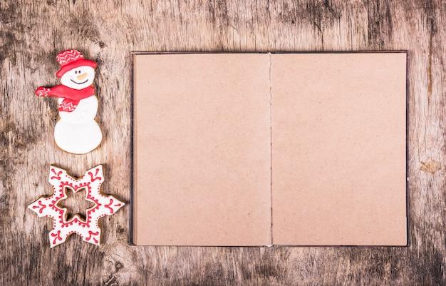 Weihnachts-lebkuchen-keks und leeres offenes buch