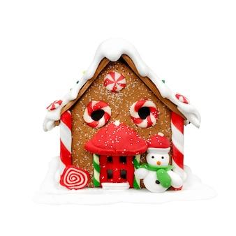 Weihnachts-lebkuchenhaus mit karamellfenstern und einem schneemann auf einem weißen