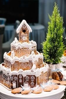 Weihnachts-lebkuchenhaus und schneedekoration.