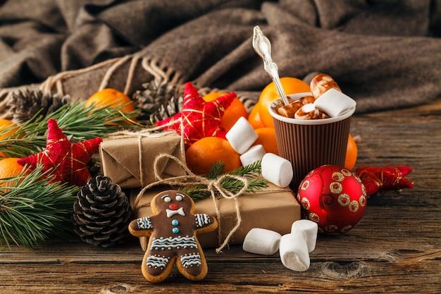 Weihnachts-lebkuchenplätzchen in einer geschenkbox auf einer tischnahaufnahme. horizontal