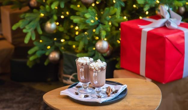 Weihnachts-marshmallows auf festlichem hintergrund. selektiver fokus. getränke.