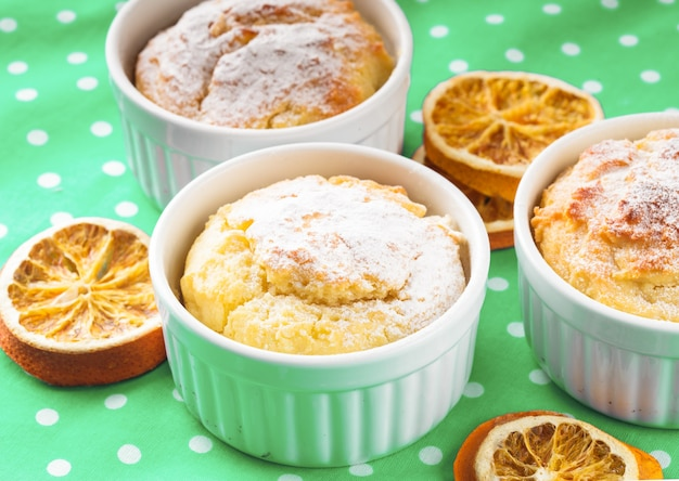 Weihnachts-minikuchen mit zimt und orangenschale