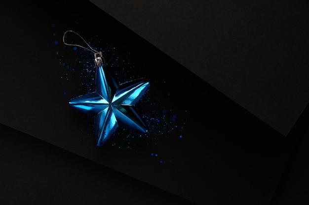Weihnachts minimalistische und einfache komposition in matten schwarzer farbe weihnachtsgeschenkdekorationen auf schwarzem hintergrund