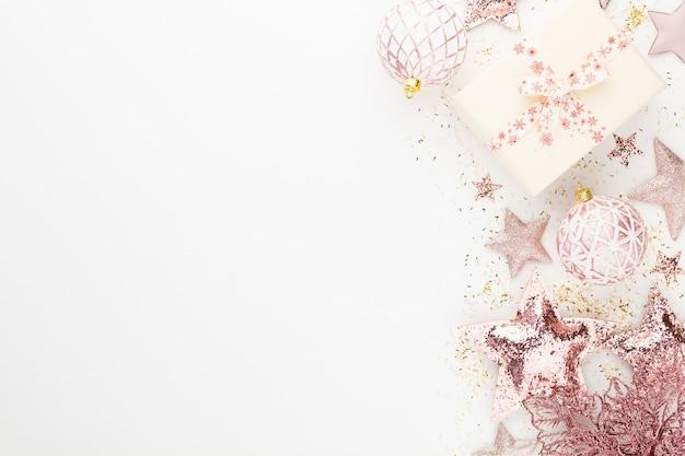 Weihnachts minimalistische und einfache komposition in rosa farbe.
