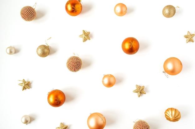 Weihnachts-neujahrsfeiertagszusammensetzung. bunte weihnachtskugeln kugeln und sterne auf weiß